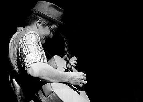 Teemu Viinikainen on acoustic guitar.